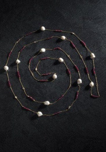 CH202 - Long necklace with freshwater pearls and ruby crystals made of gold plated silver chain